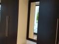 Einbauschrank für den Flur mit Wandspiegel und Hocker