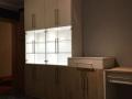 Einbauschrank mit Glasvitrine und LED-Beleuchtung