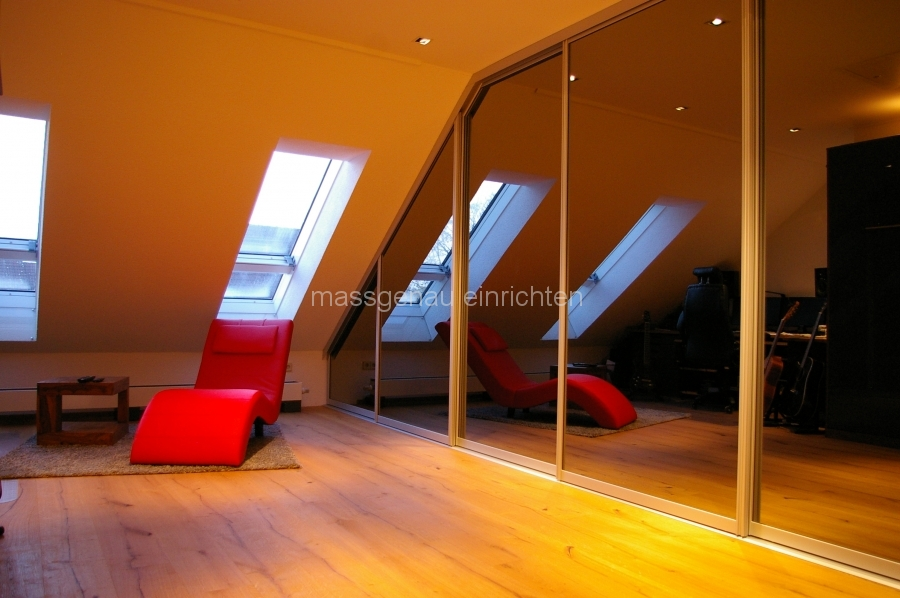 Einbauschrank mit Spiegel-Schiebetüren unter Dachschräge