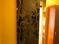Rahmenlose Schiebetür aus Glas mit Barockmuster edel satiniert