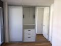 Schiebetüren Weiß und Spiegel vor Einbauschrank mit Kleiderlift