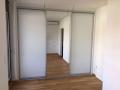 Schiebetüren Weiß und Spiegel vor Einbauschrank