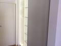 Schiebetüren Weiß vor Einbauschrank mit LED